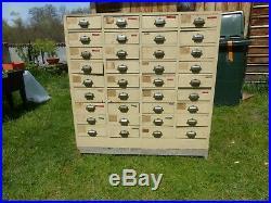 Ancien Meuble de metier pharmacie à 36 tiroirs poignées métal dos vitrine