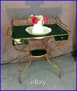 Coiffeuse / table de toilette ancienne en fer et tôle avec cruche et cuvette