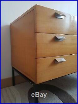 Commode à trois tiroirs modèle 812 par André Monpoix