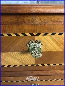 Commode de style Louis XVI en merisier en marqueterie