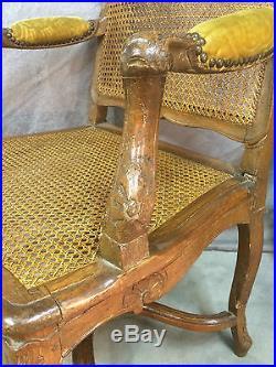 Fauteuil canné de style Louis XV (XVIIIeme) en noyer entretoise et dossiet plat