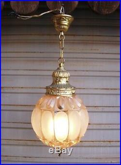 Jolie lanterne en verre moulé pressé en état de marche