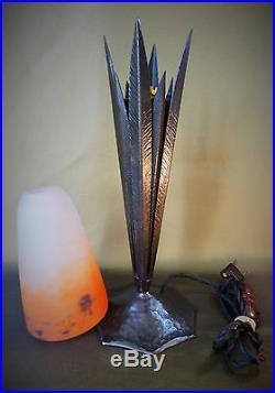 Lampe art déco ROBJ fer forgé, tulipe pâte de verre Degué