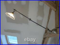Lampe d'atelier, applique à bras articulés type JIELDE et globe Holophane. 1950