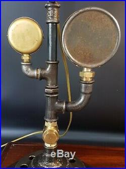 Lampe orientable avec anciennes pièces mécanique & industrielle modèle unique