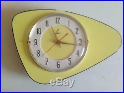 MAGNIFIQUE Horloge pendule TRIANGULAIRE jaz jaune FORMICA VINTAGE 50 60's 70's