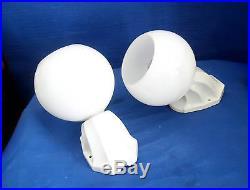 Paire D'anciennes Appliques De Salle De Bain Socle Porcelaine Globe Opaline