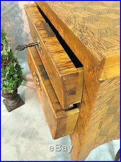 Table de chevet ancienne en marqueterie de cubes de style LOUIS XV