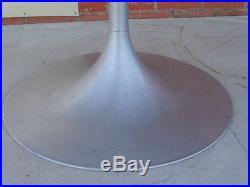 Table ovale repas modèle de Knoll Eero Saarinen plateaumarbre pied tulipe alu