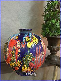 Vase en céramique numeroté a decor de feuillages multicouleur de style Art deco
